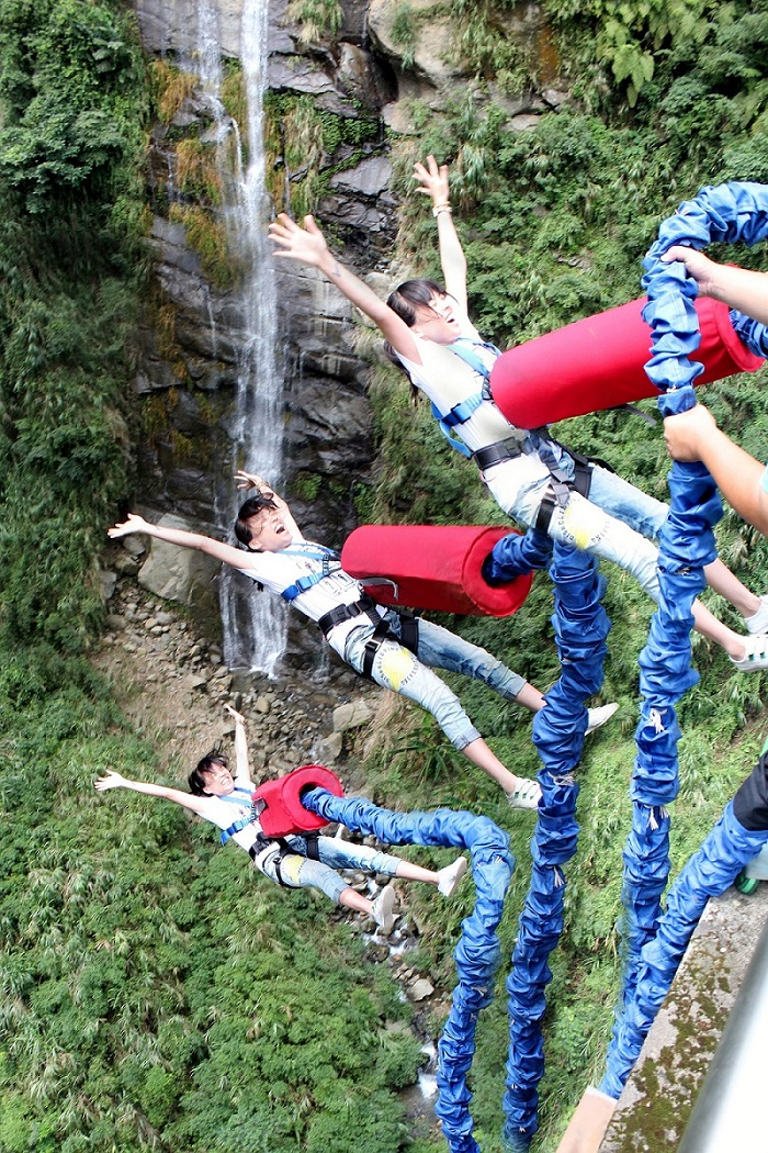 bungee-jumping-three-jumpers