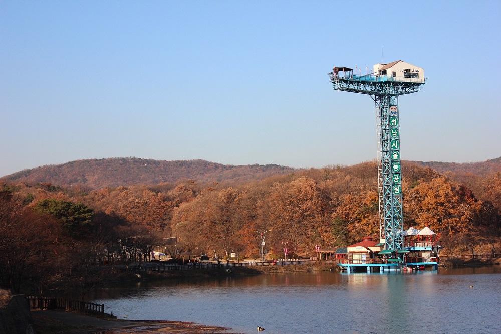 bungee-jumping-tower-on-lake
