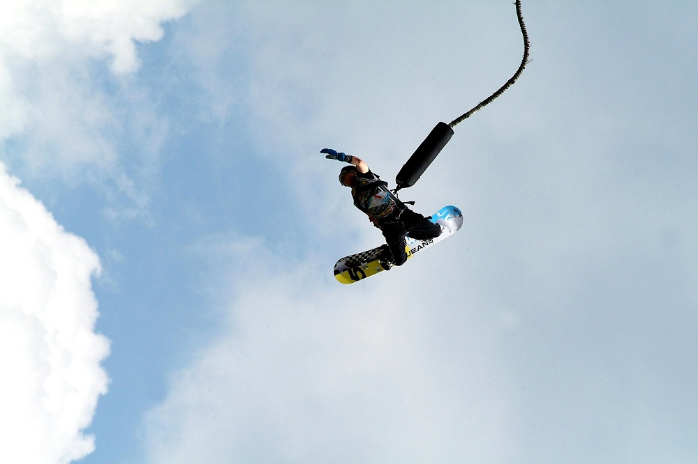 bungee-jumping-with-a-snowboard