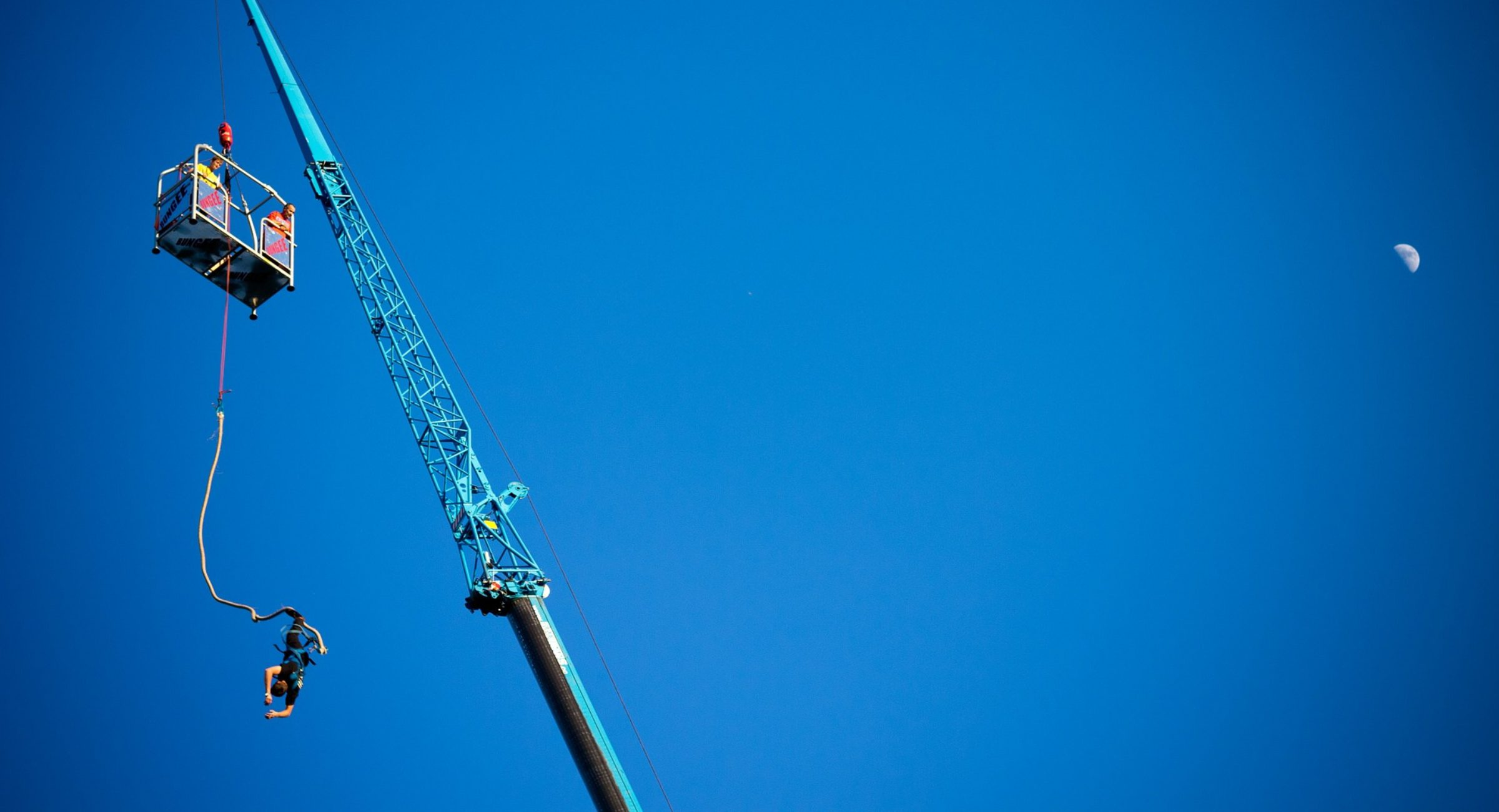 cropped-bungee-jumping-from-a-crane.jpg